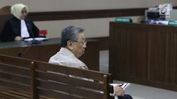 Terdakwa korupsi pengelolaan dana pensiun PT Pertamina, Edward Soeryadjaya saat menjalani sidang putusan di PN Jakarta Pusat, Kamis (10/1). Edward dinyatakan bersalah, dihukum 12 tahun 6 bulan penjara, denda Rp 500 juta. (Liputan6.com/Helmi Fithriansyah)
