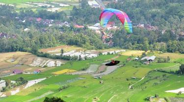 Uji coba olahraga paralayang di Panorama Bukik Gadang Tanah Datar, Sumatera Barat.