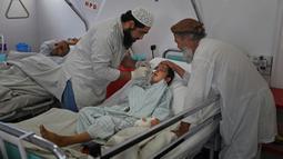 Paramedis memeriksa Nessar Ahmad (10) di Pusat Bedah Darurat untuk Korban Perang Sipil di Kabul, Afghanistan, Kamis (5/12/2019). (AP Photo/Altaf Qadri)