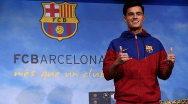 Gelandang Brasil, Philippe Coutinho Correia tersenyum diperkenalkan sebagai pemain baru Barcelona di Camp Nou, Barcelona, (7/1). Coutinho diboyong Barcelona dengan harga sebesar 400 juta euro (sekitar Rp 6,45 triliun). (AP Photo/Manu Fernandez)