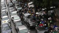 Kendaraan terjebak kemacetan di Jalan Warung Buncit, Pejaten, Jakarta, Selasa (21/2). Kemacetan tersebut disebabkan banjir dan genangan air yang merendam sejumlah ruas jalan di Ibu Kota. (Liputan6.com/Immanuel Antonius)