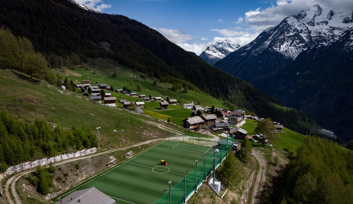 Suasana Stadion Ottmar Hitzfeld di tengah pegunungan Alpen Swiss (14/5/2020). Markas klub FC Gspon tersebut berada  pada ketinggian 2.000 meter di atas permukaan laut. (AFP/Fabrice Coffrini)