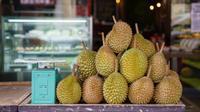 Buah durian terlihat di kafe Mao Shan Wang di Singapura (26/1). Restoran yang menyediakan beragam aneka rasa durian ini telah menarik banyak pengunjung untuk datang mencicipi buah durian di kafe tersebut. (AFP Photo/Nicholas Yeo)