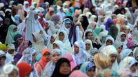 Ribuan muslimah bersiap melaksanakan Salat Idul Fitri 1437 H di Kebun Raya Bogor, Rabu (6/7). Tahun ini merupakan yang kedua kali Pemkot Bogor menyelenggarakan Salat Id yang dipusatkan di Kebun Raya. (Liputan6.com/Helmi Fithriansyah)