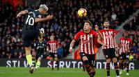 Striker Manchester City Sergio Aguero (kiri) mencetak gol ke gawang Southampton pada lanjutan Liga Inggris di St Mary's Stadium, Minggu (30/12/2018). (Twitter EPL)