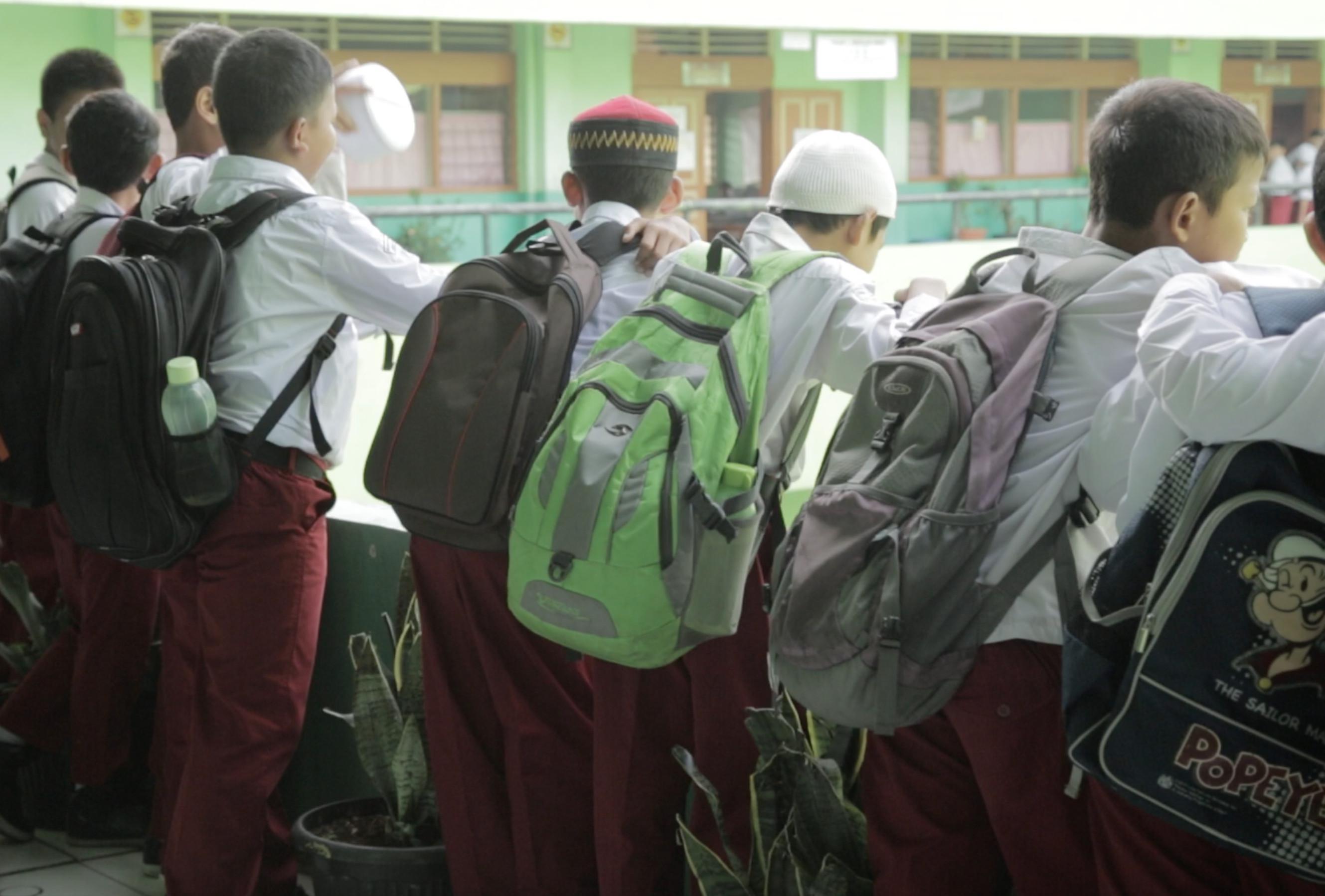 Sejumlah Anak SD Menggendong Tas (Liputan6.com/Mochamad Khadafi)