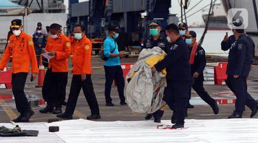 FOTO: Basarnas dan KPLP Periksa Temuan Diduga Serpihan Pesawat Sriwijaya Air SJ 182