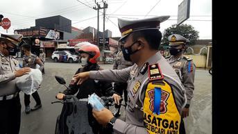 Pakai Masker dan Taat Prokes, Sopir Angkot di Tasikmalaya Dapat Sembako