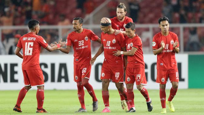 Para pemain Persija Jakarta merayakan gol yang dicetak oleh Bruno Matos ke gawang Shan United pada laga Piala AFC 2019 di SUGBK, Jakarta, Rabu (15/5). (Bola.com/M Iqbal Ichsan)