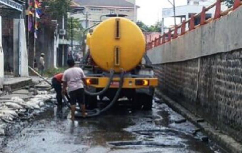 Tangki-tangki penyedot air rob sudah disiagakan di beberapa titik berpotensi rob. (foto: Liputan6.com/edhie prayitno ige)