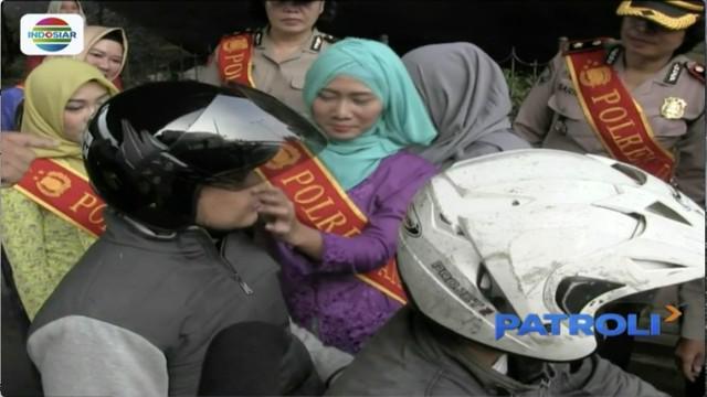 Menyambut peringatan Hari Kartini, polisi wanita (Polwan) yang bertugas di Polres Jakarta Timur menggelar operasi simpatik dengan menggunakan kebaya.