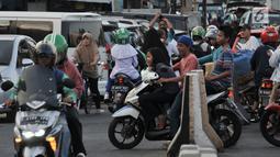 Pengendara motor berlawan arah di kawasan Klender, Jakarta, Kamis (11/7/2019). Demi mempersingkat jarak tempuh dan menghindari kemacetan, para pengendara sepeda motor di kawasan ini nekat berlawan arah yang sesungguhnya dapat mengancam keselamatan. (merdeka.com/Iqbal S. Nugroho)