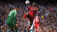 Gelandang Liverpool Sadio Mane berusaha mengambil bola sebelum kakinya menghatam wajah kiper Manchester City, Ederson saat pertandingan Liga Inggris di Stadion Etihad, Manchester (9/9). (AFP Photo/Oli Scarff)