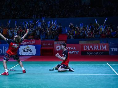 Ganda putra Kevin Sanjaya/Marcus Fernaldi Gideon berselebrasi usai mengalahkan Mohammad Ahsan/Hendra Setiawan pada pertandingan final Indonesia Open 2019 di Istora Senayan, Minggu (21/7/2019). Kevin/Marcus menang 21-19, 21-16. (AFP Photo/Adek Berry)