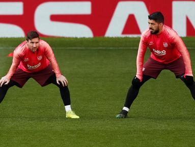 Pemain Barcelona Lionel Messi (kiri) dan Luis Suarez berlatih bersama jelang menghadapi Manchester United (MU) pada leg pertama perempat final Liga Champions 2018/19 di Old Trafford, Manchester, Inggris, Selasa (9/4). (Reuters/Lee Smith)