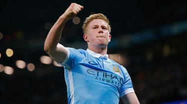Gelandang Manchester City, Kevin De Bruyne melakukan selebrasi usai mencetak gol kegawang PSG di leg kedua liga Champions di Etihad Stadium, Inggris (13/4). City menang atas PSG dengan skor 1-0. (Reuters/Andrew Yates)