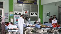 Karena BOR penuh empat pasien Covid-19 tidak mendapatkan kamar perawatan dan harus tidur dan dirawat di teras Instalasi Gawat Darurat (IGD) RSUD Kartini Jepara. (Foto: Liputan6.com/Felek Wahyu)