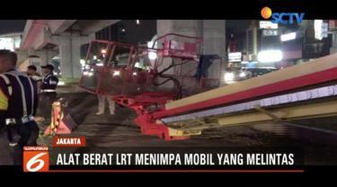 Sebuah alat berat proyek LRT di Kelapa Gading, Jakarta Utara, Minggu (20/1) roboh dan menimpa sebuah mobil yang melintas. Sementara polisi masih menyelidiki insiden tersebut.