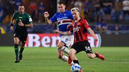 Pemain AC Milan Alexis Saelemaekers berebut bola dengan pemain Sampdoria Albin Ekdall pada pertandingan Serie A di Stadion Luigi Ferraris, Genova, Italia, 23 Agustus 2021. AC Milan menang 1-0. (MIGUEL MEDINA/AFP)