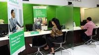 Nasabah sedang mendapatkan penjelasan dari customer service perihal asuransi. Dok Manulife