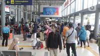 Aktivitas calon penumpang kereta api jarak jauh sambil menanti waktu keberangkatan di Stasiun Pasar Senen, Jakarta, Sabtu (1/5/2021). Calon penumpang KA Jarak Jauh memilih berangkat lebih awal sebelum batas pelarangan mudik lebaran 2021 pada 6 hingga 17 Mei 2021, (Liputan6.com/Helmi Fithriansyah)