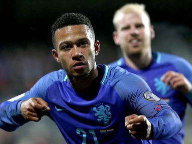 Gelandang Belanda, Memphis Depay, berhasil mencetak dua gol saat tim Oranye menaklukkan Luxembourg 3-1 pada laga kualifikasi Piala Dunia 2018 di Josy Barthel Stadium, Luxembourg, Minggu (13/11/2016). (EPA/Julien Warnand)