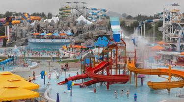 Pemandangan Munsu Waterpark di Pyongyang, Korea Utara, Rabu (17/7/2019). Taman rekreasi favorit bagi warga Korea Utara ini menawarkan aneka permainan sepeti seluncuran air, kolam renang di dalam dan di luar ruangan, lapangan voli, arena panjat tebing dan bar. (AP Photo/Vincent Yu)