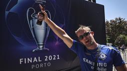 Seorang suporter Chelsea berada di pusat kota Porto, Portugal (28/5/2021). Klub Inggris Manchester City dan Chelsea akan memainkan final Liga Champions di stadion Dragao di Porto pada Sabtu malam atau Minggu (30/5/2021) dini hari. (AP Photo/Luis Vieira)