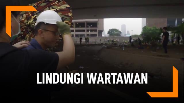 Kagum, Pendemo Lindungi Wartawan Pakai Helm dan Payung