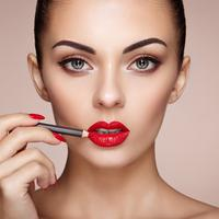Ilustrasi kecantikan pakai lipstik (iStockphoto/heckmanoleg)