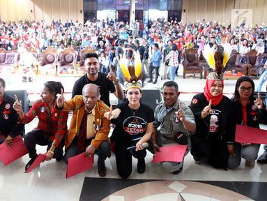 Ketua Nasional Tim Alpha Relawan Capres dan Cawapres Jokowi-Ma'ruf Amin, Rieke Diah Pitaloka foto bersama dengan elawan Tim Alpha Zona Papua di Gedung Eme Neme Yauware, Kota Timika, Jumat (26/10). (Liputan6.com/Pool/Arif)