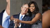 Michelle Obama Berbagi Pelukan dengan George W Bush, Ada Apa? (AFP)