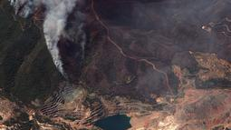 Gambar satelit yang dirilis oleh Maxar Technologies ini menunjukkan kebakaran hutan yang membakar utara Athena, Yunani di pulau Evia (8/8/2021). Kebakaran hutan yang berlangsung selama beberapa hari melahap hutan dan merambah ke desa-desa. (Satellite image ©2021 Maxar Technologies via AP)