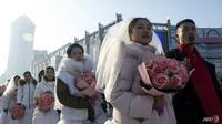 Suasana saat berlangsungnya pernikahan massal dengan tema salju. (Foto: AFP/Noel CELIS)