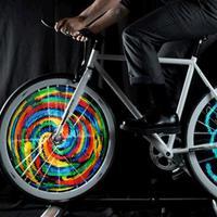 Dalam gelap, velg sepeda ini bisa keluar berbagai macam gambar keren yang bikin kamu takjub. (Via: www.jebiga.com)