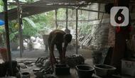 Perajin menyelesaikan pembuatan pot tanaman hias di Pondok Aren, Tangerang, Banten, Minggu (1/8/2021). Akumindo menilai perpanjangan PPKM akan membuat pelaku UMKM semakin tertekan dan diperkirakan mengalami penurunan omzet sebesar 70 hingga 80 persen. (Liputan6.com/Angga Yuniar)