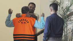 Petugas memeriksa anggota DPRD Kota Malang HM Zainuddin di gedung KPK, Jakarta, Senin (16/4). Zainuddin diperiksa sebagai tersangka terkait dugaan suap pembahasan APBD-P Pemerintah Kota Malang Tahun 2015. (Merdeka.com/Dwi Narwoko)