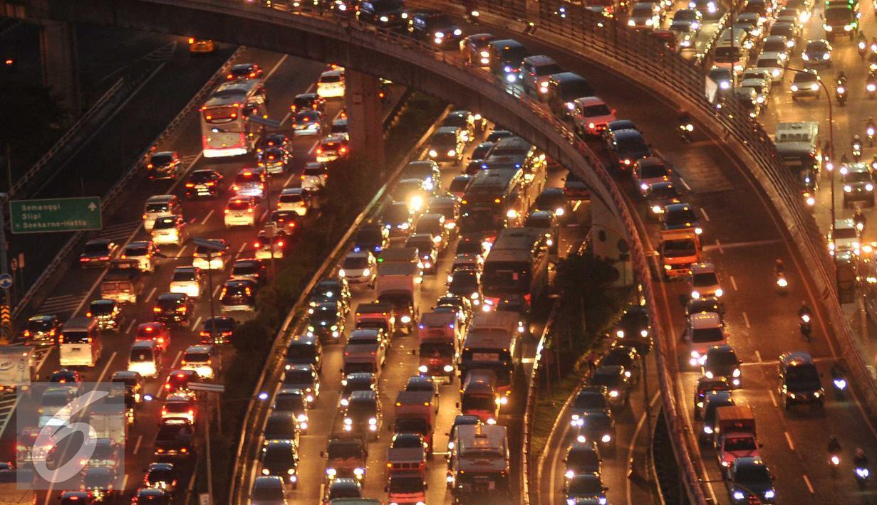 Jelang libur panjang yang jatuh pada tanggal 5 dan 6 Mei, ribuan kendaraan terjebak macet di Tol Dalam Kota arah Tol Cikampek, Jakarta, Rabu (4/5). Foto diambil pada malam hari sekitar pukul 7. (Liputan6.com/Gempur M Surya)