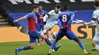 Gelandang Chelsea, Kai Havertz (tengah) melepaskan tendangan yang berbuah gol pertama timnya ke gawang Crystal Palace dalam laga lanjutan Liga Inggris 2020/2021 pekan ke-31 di Selhurst Park, London, Sabtu (10/4/2021). Chelsea menang 4-1 atas Crystal Palace. (AP/Justin Tallis/Pool)