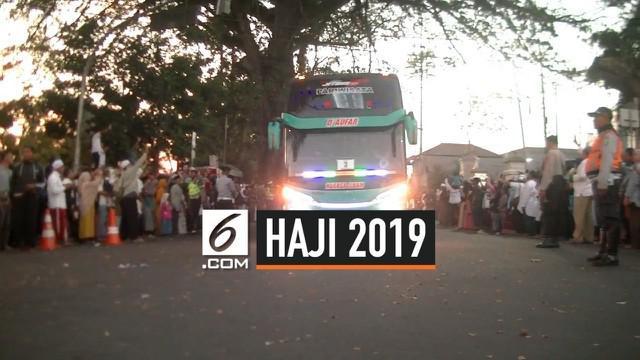 5 orang menjadi korban insiden kecelakaan yang melibatkan bus pembawa calon jemaah haji asal Kota Sukabumi di Gedung Juang 45. 1 orang pengantar tewas, kasusnya ditangani oleh Polres Sukabumi.