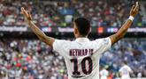 Striker PSG, Neymar, melakukan selebrasi usai membobol gawang Strasbourg pada laga Liga 1 Prancis di Stadion Parc des Princes, Sabtu (14/9). PSG menang 1-0 atas Strasbourg. (AP/Francois Mori)