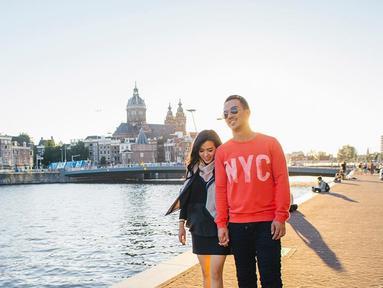 Mengenang 13 tahun bersama dalam mahligai rumah tangaa pada tahun 2017. Joe Taslim dan Julia Taslim adalah pasangan selebriti yang tak banyak gosip namun miliki prestasi Internasional. Julia kerap ikut Joe untuk acara film-filmnya. (Liputan6.com/IG/julietaslim)