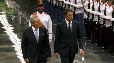 Presiden Kuba Raul Kastro dan PM Italia Matteo Renzi melakukan inspeksi pasukan saat kunjungan kenegaraan di Istana Revolusi, Havana, Rabu (28/10). Renzi menjadi kepala pemerintahan Italia yang mengunjungi Kuba pertama kalinya. (REUTERS/Enrique de la Osa)