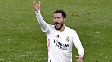 Penyerang Real Madrid, Eden Hazard, melakukan protes saat melawan Osasuna pada laga Liga Spanyol di Stadion El Sadar, Sabtu (9/1/2021). Kedua tim bermain imbang 0-0. (AP/Alvaro Barrientos)