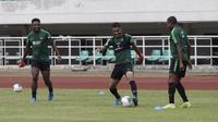 Pemain Timnas Indonesia, Beto Goncalves, mengontrol bola saat berlatih di Stadion Pakansari, Bogor, Sabtu (24/8). Latihan ini merupakan persiapan jelang laga kualifikasi Piala Dunia 2020. (Bola.com/Yoppy Renato)
