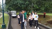 Presiden Joko Widodo (Jokowi) mengisi waktu libur akhir pekan bersama keluarga di Kebun Raya Bogor, Jawa Barat. Pantauan merdeka.com, Sabtu (8/10), Jokowi keluar dari Istana Kepresidenan Bogor menuju Kebun Raya pukul 09.00 WIB. (dok. merdeka.com)