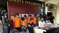 Lima penculik dan penyandera seorang pria di Pekanbaru berlatar hutang Rp200 juta. (Liputan6.com/M Syukur)