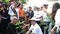 Wali Kota Surabaya Tri Rismaharini hadiri festival tabebuya pada Minggu, 1 Desember 2019. (Foto: Liputan6.com/Dian Kurniawan)