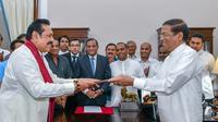 Mahinda Rajapakse (kiri) diangkat sebagai PM Sri Lanka oleh Presiden Maithripala Sirisena (Photo: Handout/ Sri Lankan President Media / AFP)