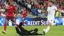 Italia memperoleh peluang pada menit ke-12 saat sepakan Ciro Immobile masih mampu diblok kiper Swiss Yann Sommer, bahkan bola rebound yang didapatkan Lorenzo Insigne juga mampu diamankan Yann Sommer. (Foto: Keystone via AP/Jean-Christophe Bott)